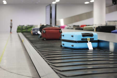 Koffer oder Gepäck auf Förderband in der Flughafenwartung Standard-Bild