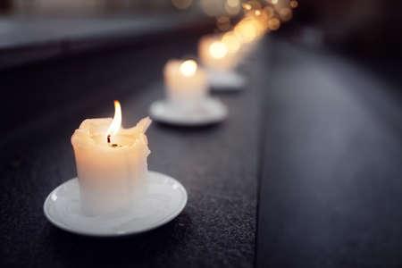 Kerzen auf alter Schritte in einem Kirchenreligionskonzept