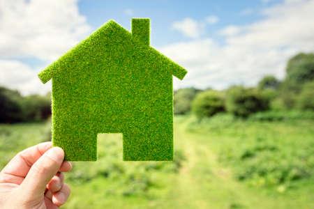Umwelthintergrund des grünen Öko-Hauses auf dem Gebiet für zukünftiges Wohnbauvorhaben