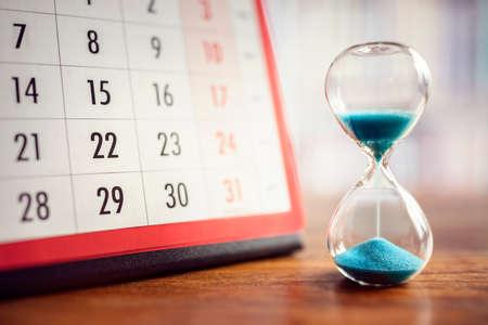 Sablier et concept de calendrier pour gagner du temps, prendre rendez-vous pour une date, un horaire et une date de rendez-vous importants Banque d'images