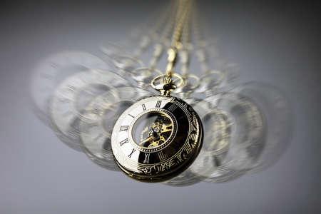 Concept d'hypnotisme, balancement de montre de poche en or utilisé dans le traitement de l'hypnose Banque d'images - 93011526
