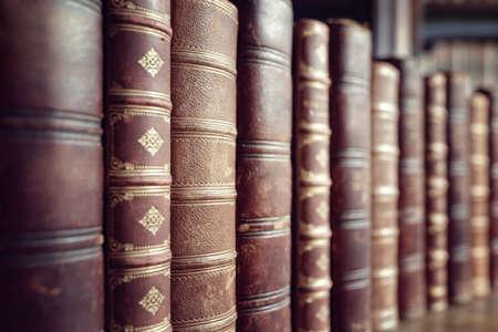 Libros encuadernados en cuero viejo en una fila