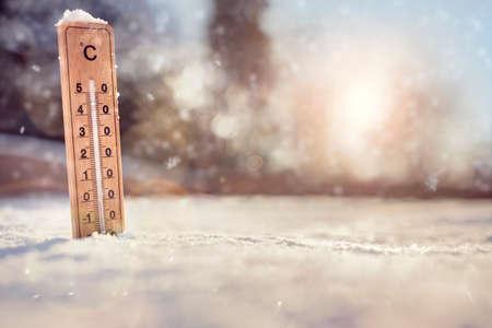 冬の氷点下マイナス温度コンセプトを持つ雪の温度計