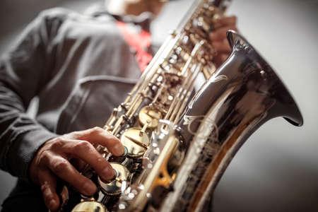 Musiker oder Saxophonist, der ein Saxophon spielt Standard-Bild