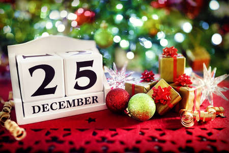 Christmas day calendar and christmas tree decorations Banque d'images