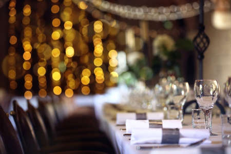 Formal wedding place setting on long table background focus on wine glass Banque d'images
