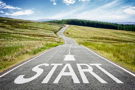 Línea de inicio en la carretera que desaparece en el concepto de distancia para la planificación empresarial, la estrategia y el desafío o la trayectoria profesional, la oportunidad y el cambio