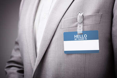 Zakenman op een tentoonstelling of conferentie met een Hallo mijn naam is een identiteitskaart of tag voor beveiliging