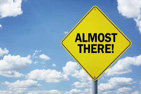 Presque là, concept de panneau de signalisation pour la motivation commerciale, l'encouragement et l'approche d'une destination ou d'un objectif