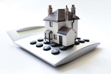 House on calculator concept for mortgage calculator, home finance or saving for a house loan Banque d'images
