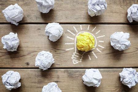 Inspiration concept crumpled paper light bulb metaphor for good idea Banque d'images