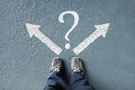Treffen von Entscheidungen für den zukünftigen Mann, der mit Richtungspfeil-Optionen und Fragezeichen, links, rechts oder vorwärts steht