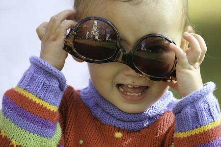 cabeza abajo: Niña con gafas de sol al revés!