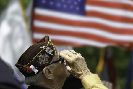 ベテラン米国の旗に敬礼する. します。