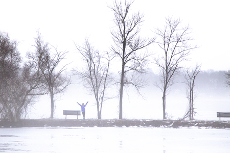 A women standing on the lake bank in foggy winter morning Stok Fotoğraf - 118200571