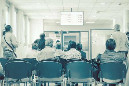 mensen die op hun beurt wachten, achtergrondafbeelding in een wachtkamer van een ziekenhuis (niet-geïdentificeerde mensen)
