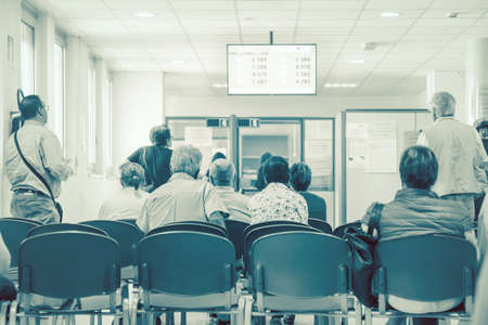 personnes attendant leur tour, image de fond dans une salle d'attente d'un hôpital (personnes non identifiées)