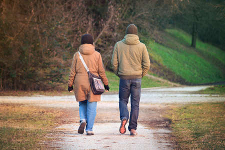 Couple walking in a park. Stay together to get to know each other (Back view) Imagens - 142512604