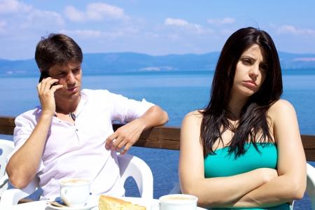 novios enojados: Modelo femenino magn�fico molesto y frustrado por el novio en el tel�fono Foto de archivo