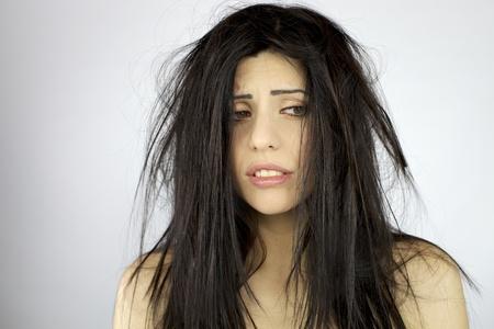 long shots: Donna triste e depressa, con terribile confusione sui suoi capelli