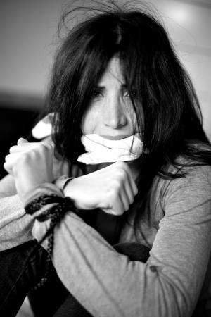 mujer golpeada: Mujer que recibe la violencia de ser capturado como reh�n