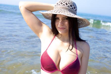 Modelo de mujer hermosa que disfruta de verano y vacaciones