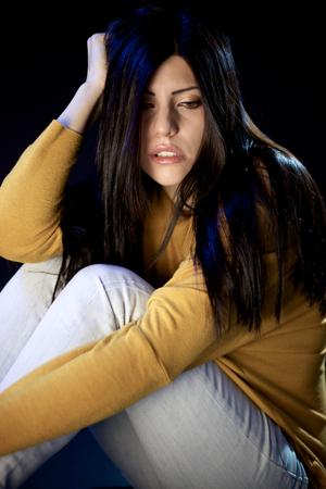 betray: Mujer a punto de llorar despu�s del abuso y traicionar Foto de archivo