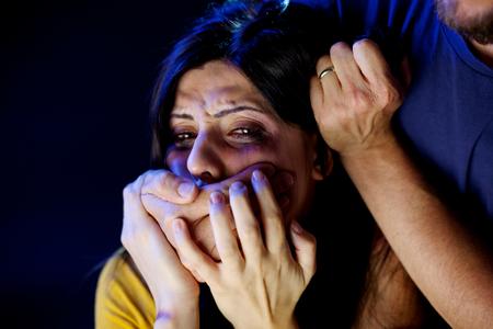 mujer golpeada: Mujer deprimida siendo abusada por el hombre