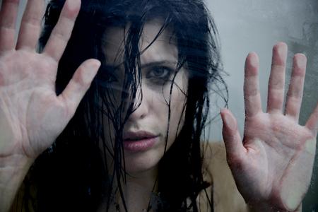 violencia sexual: Mujer bajo la ducha despu�s del abuso de llorar