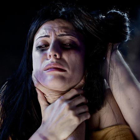 mujer golpeada: Mujer que es golpeado y violado