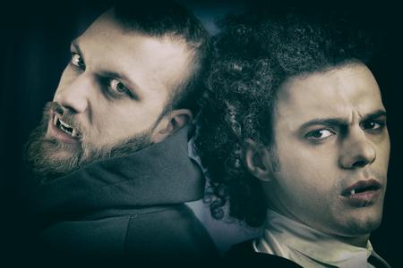 глядя на камеру: Злой и грустные вампиры, глядя камеры