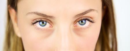 глядя на камеру: Голубые глаза, глядя камеру интенсивный Фото со стока