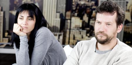 divorcio: infeliz hombre triste y una mujer que se siente mal Foto de archivo