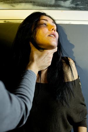 triste donna che piange durante la violenza