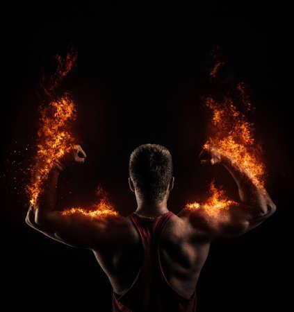 fogatas: Hombre atlético fuerte en el fuego Foto de archivo