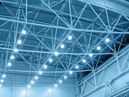 bedrijfshal: blauw interieur magazijn verlichting. industriële bollamp verlichting Stockfoto