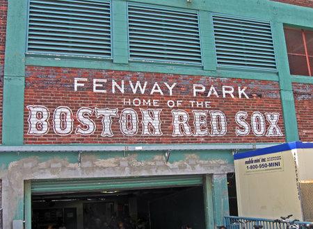 sports venue: BOSTON - 20 de abril: el Fenway Park el 20 de abril de 2012 en Boston, EE.UU.. Fenway Park es el m�s antiguo lugar de los deportes profesionales en los Estados Unidos celebra su 100 aniversario desde su fundaci�n. Editorial