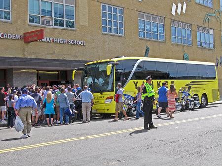 sports venue: BOSTON - 20 de abril: Fans saluda Yankee comando deporte cerca de Fenway Park el 20 de abril de 2012 en Boston, EE.UU.. Fenway Park es el m�s antiguo lugar de los deportes profesionales en los Estados Unidos celebra su 100 aniversario desde su fundaci�n.