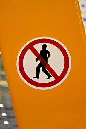 no entrance: no entrance entrance prohibido se�al roja con la silueta del hombre sobre la superficie amarilla, detalles de seguridad