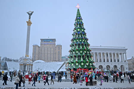 KIEV - DEC 22: Christmas Tree and Independence monument in Kiev, Ukraine on December 22, 2012. Santa Clasus Parade starts on Dec 22 on Kreshatik street. Stock Photo - 16994642