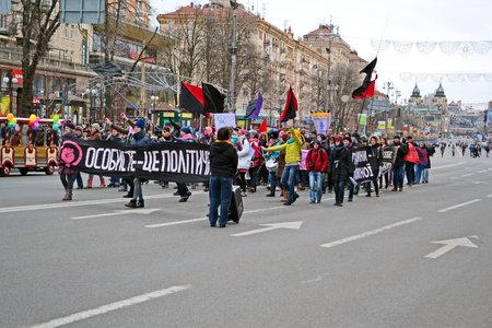 feministische: KIEV - MAR 08: Jeugd feministische demonstratie op Kreshatik in Kiev, Oekraïne op 08 maart 2013.