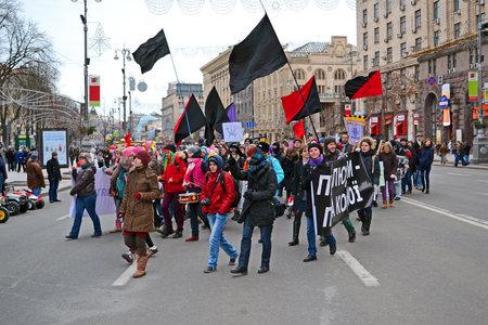 feministische: KIEV - MAR 08: Jeugd feministische demonstratie op Kreshatik in Kiev, Oekraïne op 08 maart 2013. Meisjes dragen de zwarte en rode vlaggen met politieke leuzen tijdens demonstratie.