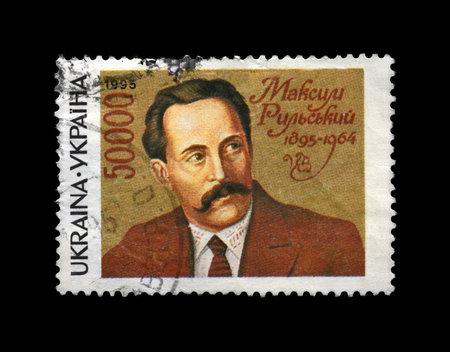 UCRANIA - alrededor de 1995: Sello impreso cancelado en Ucrania, muestra famoso poeta ucraniano, escritor Maksym Rylskyi (1895-1964), alrededor del a�o 1995. sello postal del vintage aislados en fondo negro. Foto de archivo - 18369164