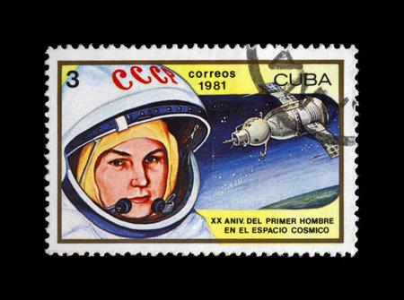 tereshkova: CUBA - CIRCA 1981: francobollo annullato stampato in CUBA, mostra sovietico astronauta Valentina Tereshkova - prima donna nello spazio, razzo navetta Vostok 6, circa 1981. timbro postale d'epoca su sfondo nero.