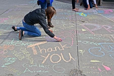 vermoord: BOSTON - 20 april: Graffiti in de buurt van Boylston Street in Boston, USA op 20 april 2013. Meer 23.300 lopers nemen deel aan de Marathon. 3 mensen gedood en meer dan 100s gewond tijdens Boston Marathon bombardementen op 15 april 2013.