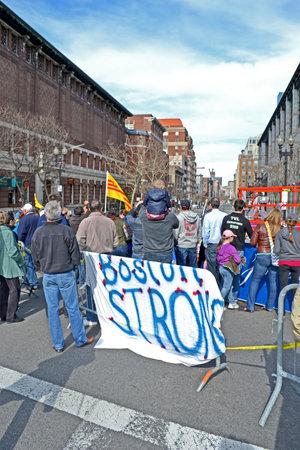 vermoord: BOSTON - 20 april: Mensen in de buurt gedenkteken opgericht op Boylston Street in Boston, USA op 20 april 2013. Meer 23.300 lopers nemen deel aan de Marathon. 3 mensen gedood en meer dan 100s gewond tijdens Boston Marathon bombardementen op 15 april 2013. Redactioneel