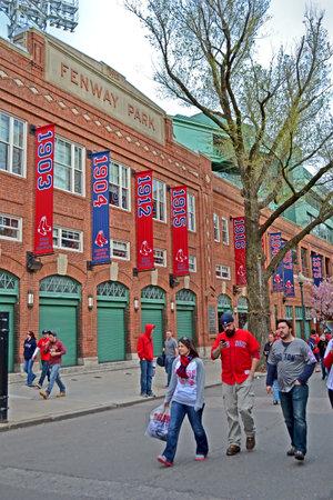 sports venue: BOSTON - 20 de abril: los aficionados de los Medias Rojas cerca de Fenway Park el 20 de abril de 2013 en Boston, EE.UU.. Fenway Park es el lugar m�s antiguo de deportes profesionales en los Estados Unidos celebra su 101a aniversario de su fundaci�n.
