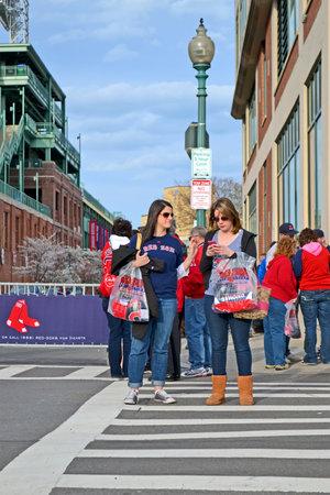 sports venue: BOSTON - 20 de abril: los aficionados de los Medias Rojas cerca de Fenway Park el 20 de abril de 2013 en Boston, EE.UU.. Fenway Park es el lugar m?antiguo de deportes profesionales en los Estados Unidos celebra su 101a aniversario de su fundaci?