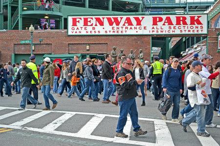 sports venue: BOSTON - 20 de abril: el Fenway Park el 20 de abril de 2013 en Boston, EE.UU.. Fenway Park es el lugar m�s antiguo de deportes profesionales en los Estados Unidos celebra su 101a aniversario de su fundaci�n.