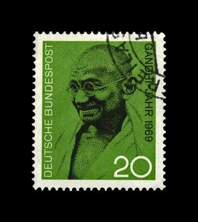 Mahatma Gandhi (1869-1948) alias Mohandas Karamchand Gandhi, célèbre militant indien, chef du mouvement indépendantiste indien contre la domination britannique, vers 1969. timbre postal annulé vintage imprimé en Allemagne isolé sur fond noir. Éditoriale